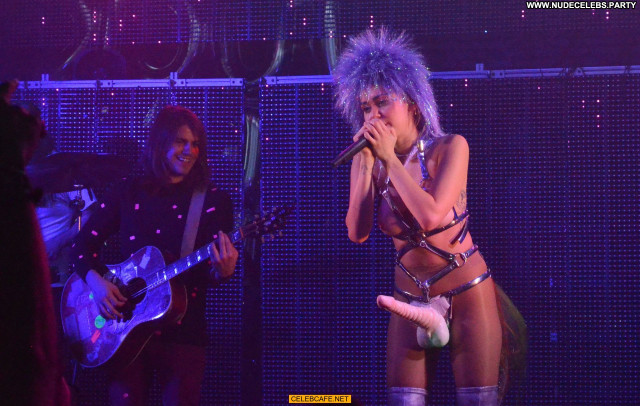 Miley Cyrus No Source Posing Hot Stage Babe Nude Celebrity Tits