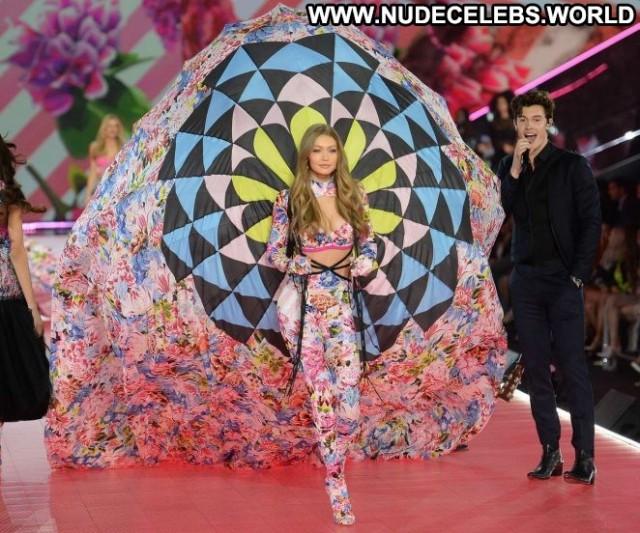 Gigi Hadid Fashion Show Paparazzi Posing Hot Beautiful Babe Celebrity